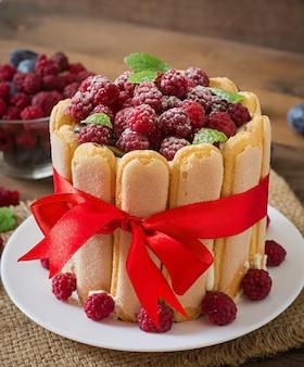 "Ciasto ""charlotte"" z malinami i śliwkami."