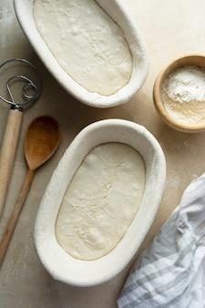 Ciasto Chlebowe Gotowe Do Pieczenia. Domowy Wypiek, Rustykalny Chleb Na Zakwasie Z Dzikich, Naturalnych Drożdży Premium Zdjęcia