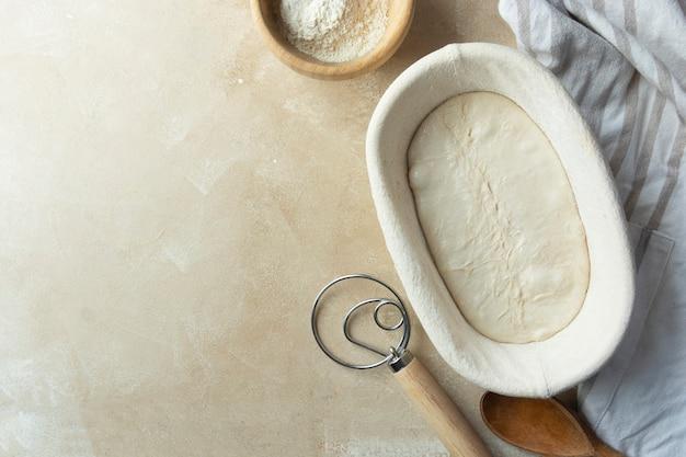 Ciasto Chlebowe W Rattanowym Koszu Gotowe Do Pieczenia.rzemieślniczy Rustykalny Chleb Na Zakwasie Z Dzikich, Naturalnych Drożdży Premium Zdjęcia