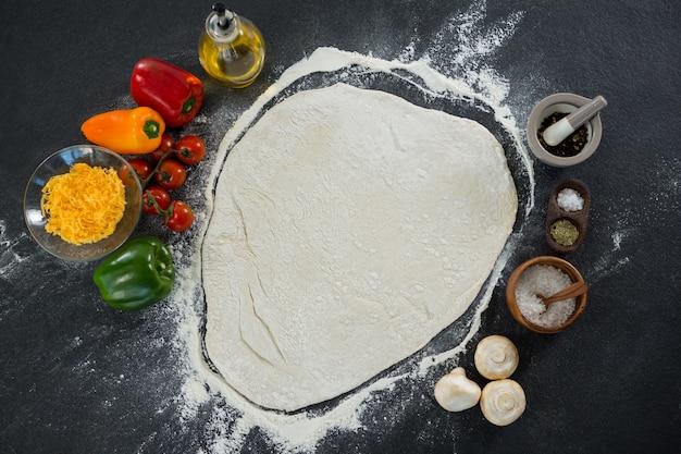 Ciasto chlebowe z różnymi warzywami i dodatkami
