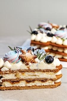 Ciasto choinkowe. świąteczny słodki prezent, dekoracja z lampkami noworocznymi.