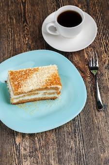 Ciasto, ciasto z dużej ilości składników, słodkie ciasto z ciasta pszennego i kremu maślanego