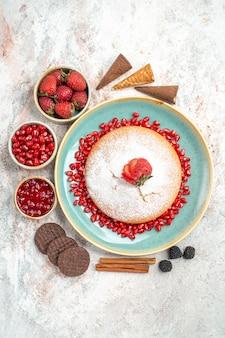 Ciasto cynamonowe jagody czekoladowe ciasteczka i ciasto na stole
