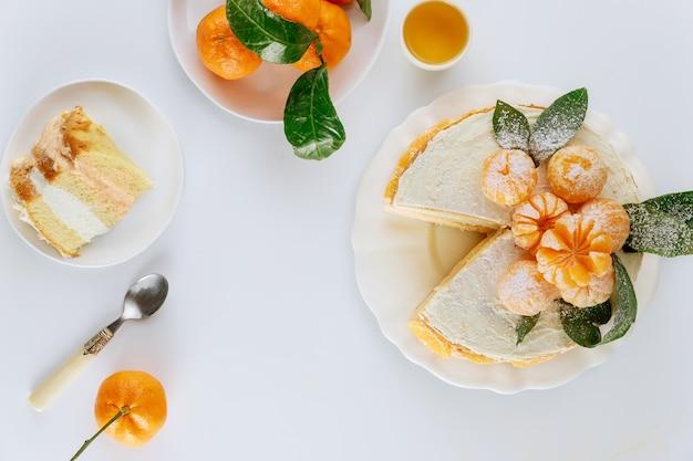 Ciasto cytrusowe ozdobione świeżą mandarynką. ciasto owocowe.