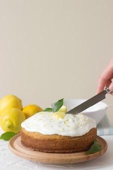 Ciasto cytrynowe z bitą śmietaną, copyspace