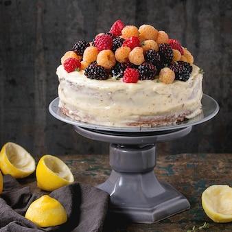 Ciasto cytrynowe z kolorowymi malinami
