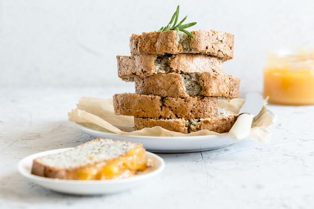 Ciasto cytrynowo-makowe. pachnące domowe ciasto z makiem i twarogiem cytrynowym