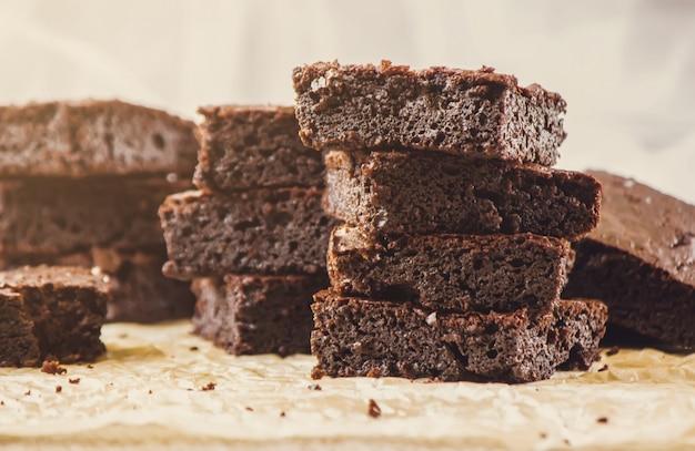 Ciasto czekoladowe. domowe wypieki. selektywna ostrość. jedzenie.