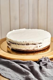 Ciasto czekoladowe. drewniane tło
