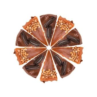 Ciasto czekoladowe i karmelowe na białym tle