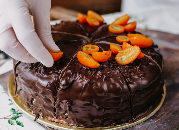 Ciasto czekoladowe kroi pyszne pyszne okrągłe całe wzornictwo z orzechami kumkwatu