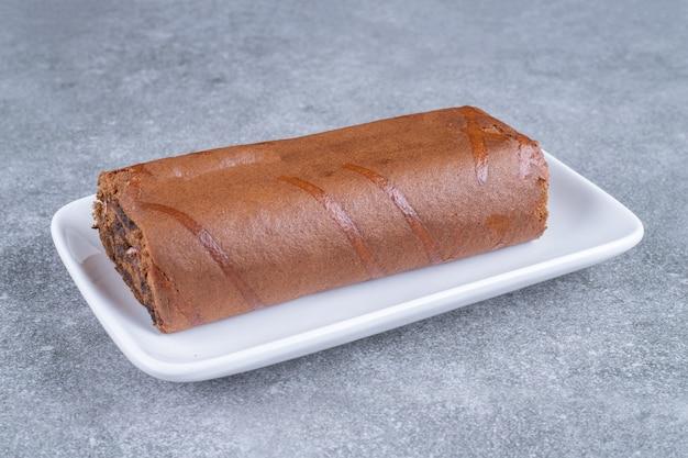 Ciasto czekoladowe na białym talerzu