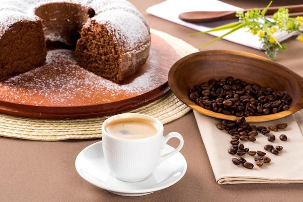 Ciasto czekoladowe na stole z kawą