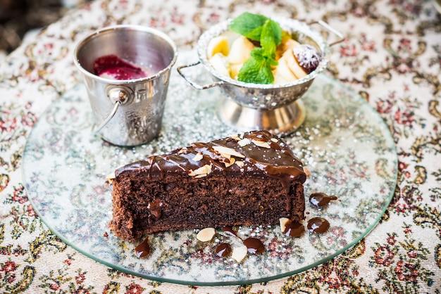 Ciasto czekoladowe, owoce i lody