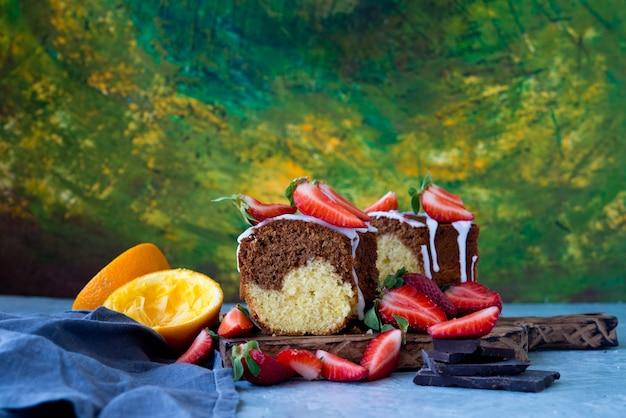 Ciasto czekoladowe ozdobione truskawkami