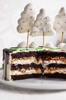 Ciasto czekoladowe, plasterek na talerzu na świetle