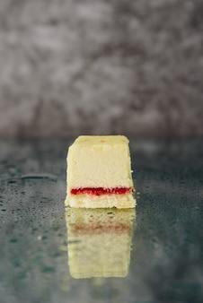 Ciasto czekoladowe pokrojone na lustrzanej powierzchni