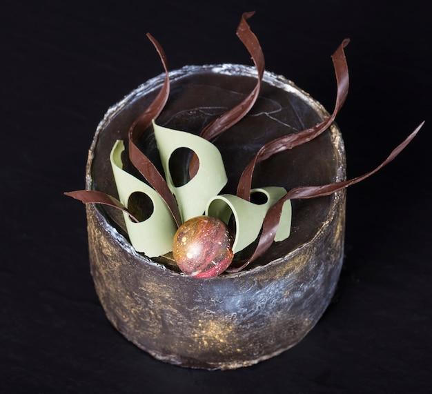 Ciasto czekoladowe ręcznie pięknie zdobione. selektywne ustawianie ostrości