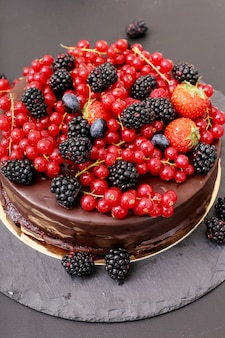 Ciasto czekoladowe z czerwoną i czarną porzeczką