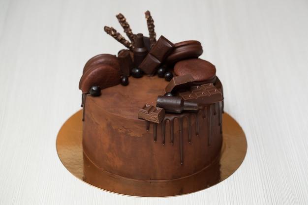 Ciasto czekoladowe z dekoracją czekoladową, czekoladowy ganache