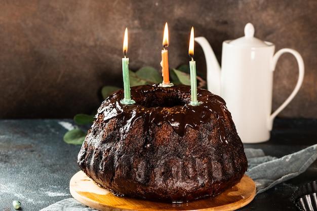 Ciasto czekoladowe z jagodami i świecami. wszystkiego najlepszego z okazji urodzin!