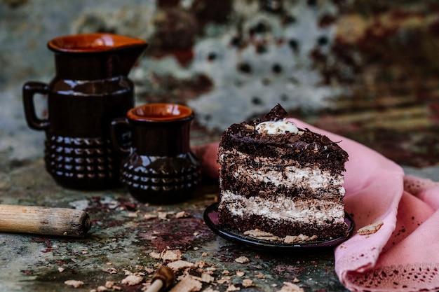 Ciasto czekoladowe z kremem czekoladowym i świeżymi jagodami na talerzu