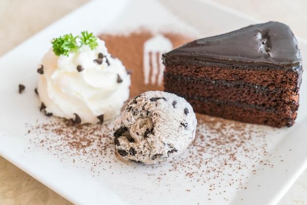 Ciasto czekoladowe z lodami i bitą śmietaną