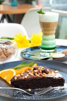 Ciasto czekoladowe z orzechami i latte z syropem miętowym. koncepcja: pyszne śniadania