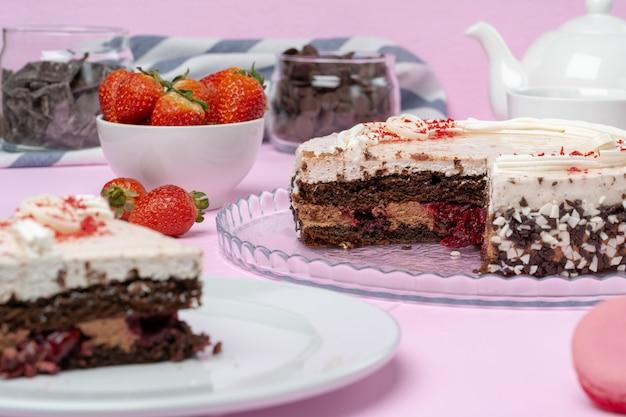 Ciasto czekoladowe z polewą bitą śmietaną na talerzu