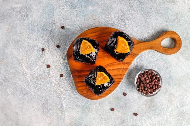 Ciasto czekoladowe z sosem czekoladowym i owocami, jagodami.