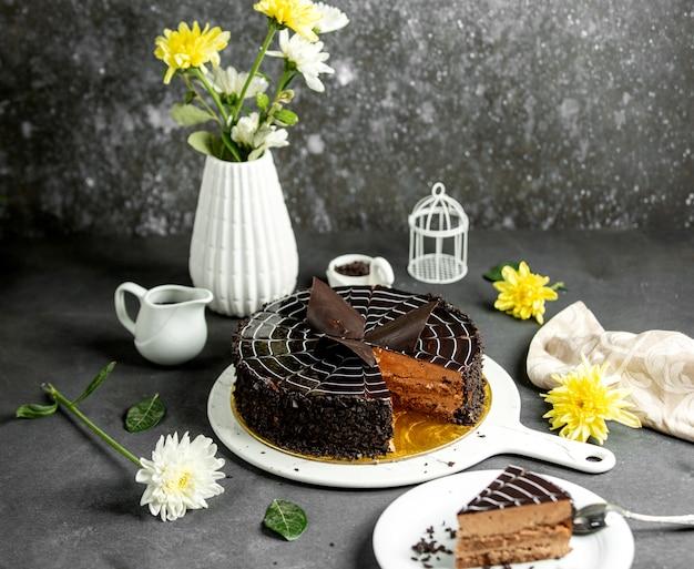 Ciasto czekoladowe z syropem z ciemnej czekolady na wierzchu