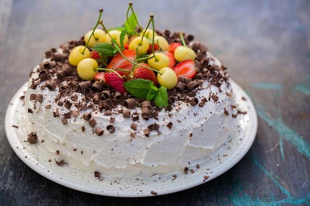 Ciasto czekoladowe z truskawką i żółtą wiśnią