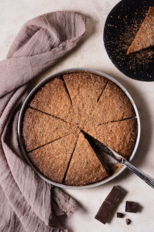 Ciasto czekoladowe z widokiem z góry gotowe do podania