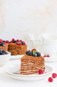 Ciasto czekoladowo-miodowe ze śmietaną i świeżymi jagodami