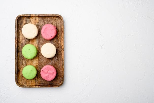 Ciasto deserowe makaronik lub zestaw makaronik, na białym tle kamiennego stołu, widok z góry płaski, z kopią miejsca na tekst
