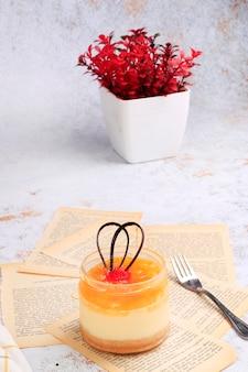 Ciasto deserowe z książkami do stylizacji żywności i kilkoma angielskimi gazetami
