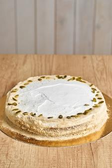 Ciasto domowe ciasto marchewkowe. drewniane tło.