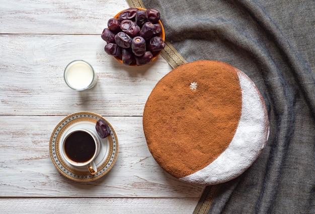 Ciasto domowe daty z filiżanką kawy. specjalny przepis na ramadan.