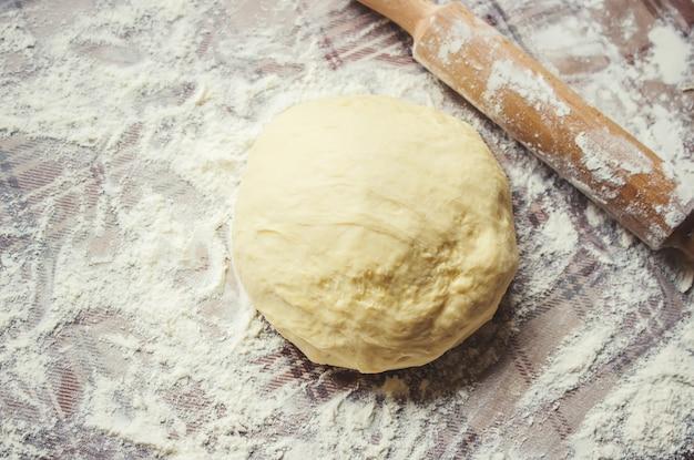 Ciasto drożdżowe na stole. gotowanie pieczenia. selektywna ostrość.