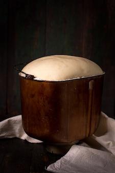 Ciasto drożdżowe unosi się w misce