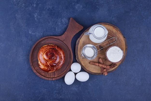 Ciasto drożdżowe z dodatkami na drewnianym talerzu. wysokiej jakości zdjęcie