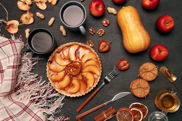 Ciasto dziękczynienia i bania na czarnym stole
