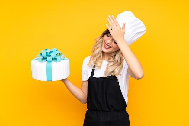 Ciasto dziewczyna nastolatka trzyma duży tort
