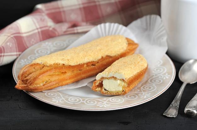 Ciasto eclair całe i pokrojone na talerz