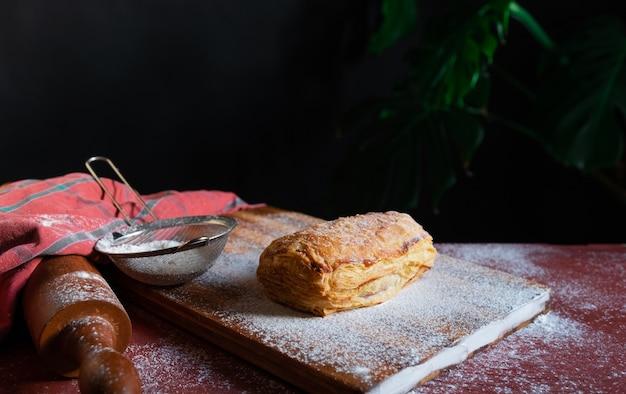 Ciasto francuskie deser czerwone sievo czarne tło