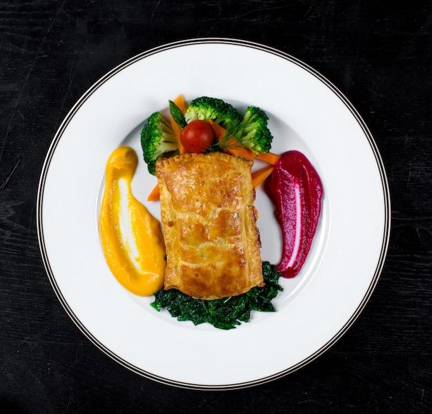 Ciasto francuskie i gotowane warzywa