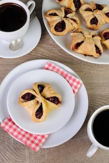Ciasto francuskie nadziewane wiśniami
