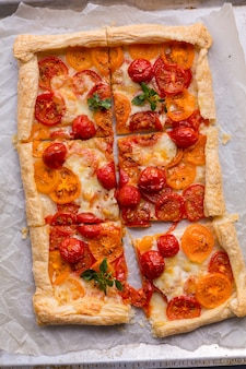Ciasto francuskie pieczone pomidorowy