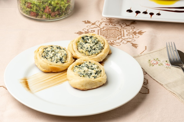 Ciasto francuskie sfiha z serem ricotta ze szpinakiem