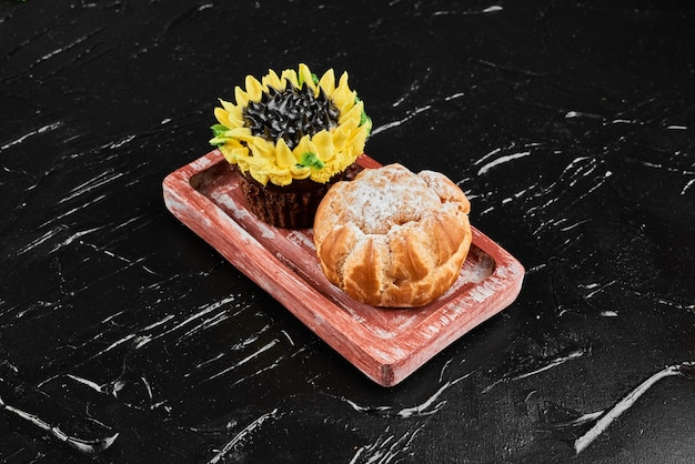 Ciasto francuskie z babeczką w stylu słonecznikowym.